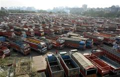 <p>Trucks are parked at a terminal during the nationwide transport strike in Mumbai January 5, 2009. REUTERS/Punit Paranjpe</p>