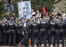 <p>Manifestanti con un'immagine del Mahatma Ghandi REUTERS/Darren Whiteside</p>
