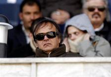 <p>El entonces entrenador de Siria, Antonio Cabrini, observa un partido contra Qatar en Damasco, 13 ene 2008. El ex defensor italiano Antonio Cabrini no es el primer futbolista retirado en escribir un libro y no será el último. Lo que distingue al ganador de la Copa Mundial de 1982 de sus colegas es que, en vez de la usual autobiografía cargada de anécdotas sobre sus días de gloria y chismes acerca de sus compañeros de equipo, Cabrini debutó como novelista con un trabajo de ficción. REUTERS/ Fadi Al-Assaad</p>