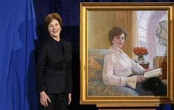 <p>First lady Laura Bush stands beside her portrait after its unveiling at the National Portrait Gallery in Washington December 19, 2008. REUTERS/Kevin Lamarque</p>