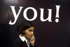 <p>Una donna al cellulare. REUTERS/Arko Datta</p>
