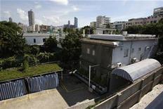 <p>Vista del exterior de un motel para parejas en el distrito de Kowloon Tong en Hong Kong y que fue la antigua residencia de Bruce Lee, 3 jul 2008. Una apuesta filantrópica de un magnate de Hong Kong para preservar una de las residencias de la leyenda del kung fu Bruce Lee y transformarla en una importante atracción turística en honor al ícono del cine fue aprobado el martes. REUTERS/Bobby Yip (CHINA)</p>