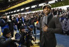 <p>O atacante Jermaine Defoe é apresentado ao público antes de partida da Copa da Liga Inglesa. A volta do atacante da inglês Jermain Defoe para o Tottenham Hotspur parece certa, depois que seu antigo clube acertou uma taxa de transferência com o Portsmouth. 6 de janeiro.REUTERS/ Eddie Keogh (BRITAIN)</p>