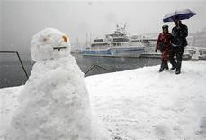 <p>People walk past boats on the Old Port after heavy snowfall in Marseille January 7, 2009. REUTERS/Jean-Paul Pelissier</p>