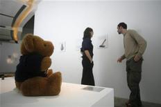 """<p>Un orsacchiotto esposto al """"Museum of Broken Relationships"""", il 7 gennaio 2009, a Singapore. Dietro, gli ideatori della mostra Olinka Vistica (sinistra) e Drazen Grubisic. REUTERS/Rina Ota</p>"""