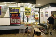 <p>Un uomo fuori da un negozio chiuso per bancarotta REUTERS/Nick Zieminkski</p>