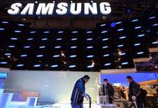 <p>A Samsung Electronics revelou no final da quarta-feira uma linha de televisores ultrafinos e de consumo eficiente de energia e informou que vai aumentar a proporção de TVs que produz com a tecnologia LED. REUTERS/Steve Marcus (UNITED STATES)</p>