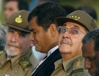 <p>Il presidente cubano Raul Castro (secondo a destra) durante le celebrazioni per i 50 anni della rivoluzione cubana REUTERS/Claudia Daut</p>