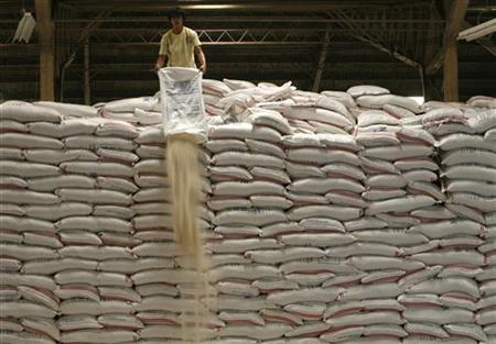 A worker pours out imported rice from a sack so it can be repacked and sold at subsidised prices inside a national Food Authority warehouse in Taguig City, metro Manila June 17, 2008. REUTERS/Cheryl Ravelo