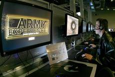 <p>Un giovane di fronte ad un simulatore dell'Army Experience Center.REUTERS/Tim Shaffer</p>