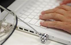 """<p>Un hombre usa un computador portátil en la Sala de Prensa de los Juegos Olímpicos de Pekín 2008 en Pekín, China, 31 jul 2008. China cerró 91 páginas web por contenido pornográfico y """"vulgar"""", además de un portal de blogs políticos, desde que anunció su última operación para asegurar la moralidad en internet, informaron el lunes los medios estatales. REUTERS/Tim Wimborne</p>"""