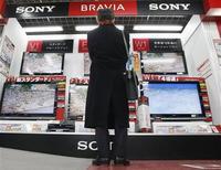 <p>Selon le quotidien Nikkei, Sony pourrait faire état d'une perte d'exploitation, la première en 14 ans, de près de 100 milliards de yens (83 millions d'euros) au titre de l'exercice 2008-2009. /Photo prise le 13 janvier 2009/REUTERS/Kim Kyung-Hoon</p>