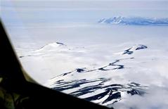 <p>The Trans Antarctic Mountains are clearly visible from the flight deck of a ski-equipped cargo plane flying from McMurdo Station to Amundsen-Scott South Pole Station in Antarctica, December 11, 2006. REUTERS/Deborah Zabarenko</p>