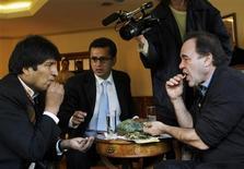 <p>El presidente boliviano, Evo Morales (izquierda en la imagen), comparte hojas de coca con el cineasta estadounidense Oliver Stone en la residencia presidencial de La Paz, 13 ene 2009. El cineasta estadounidense Oliver Stone entrevistó al presidente de Bolivia, Evo Morales, en la ciudad de La Paz como parte del documental que prepara sobre Hugo Chávez, mandatario venezolano, dijo el martes a Reuters una fuente del Gobierno. REUTERS/Bolivian Presidency/Handout</p>