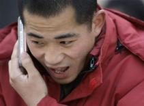 <p>Un uomo parla al cellulare, immagine d'archivio. REUTERS/Jason Lee (CHINA)</p>
