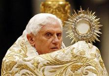 <p>Pope Benedict XVI celebrates the First Vespers and Te Deum prayers in Saint Peter's Basilica at the Vatican December 31, 2008. REUTERS/Giampiero Sposito</p>