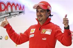 <p>Piloto da Ferrari, Felipe Massa, acenando para fotógrafos em final de coletiva em Madonna di Campiglio. REUTERS/Stefano Rellandini</p>