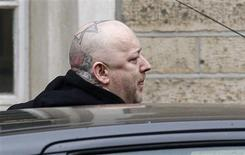 <p>El cantante Boy George, cuyo nombre real es George O'Dowd, al llegar a su sentencia en la Corte de Snaresbrook en el este de Londres, 16 ene 2009. El ex vocalista de la banda Culture Club Boy George fue sentenciado el viernes a 15 meses de cárcel luego de ser hallado culpable por encerrar al acompañante noruego Audun Carlsen, a quien conoció por internet. REUTERS/Stephen Hird</p>