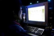 <p>A South Korean surfs an Internet site at an Internet cafe in Seoul February 25, 2006. REUTERS/You Sung-Ho</p>