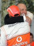 <p>Campeão mundial de F1 Lewis Hamilton cumprimentando o chefe da McLaren, Ron Dennis, na Inglaterra. Foto de novembro de 2008.Dennis deixa de ser chefe da equipe McLaren após 28 anos. REUTERS/Toby Melville</p>