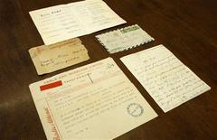 """<p>Un telegrama, una carta y un programa de presentación de la cantante francesa Edith Piaf son exhibidos previo a su remate en Atenas, 16 ene 2009. Una apasionada carta de amor escrita hace más de medio siglo por la cantante francesa Edith Piaf para un actor griego, y en la cual la cantante dice """"no dejes que muera mi corazón"""", fue subastada en 1.989 dólares (1500 euros) en Grecia. REUTERS/Yiorgos Karahalis</p>"""