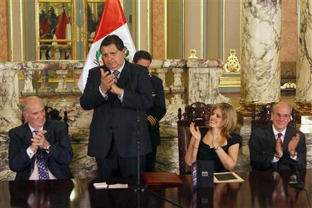 Peru's President Alan Garcia (2nd L) claps next to (L-R) Peru's Foreign Minister Jose Garcia Belaunde, U.S. Ambassador to Peru Michael McKinley and Peru's Minister of Foreign Trade Mercedes Araoz during a ceremony to mark the Peru-U.S. Free Trade Agreement at the Government Palace in Lima January 16, 2009. REUTERS/Carolina Urra Andina/Handout