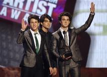 <p>Jonas Brothers terão própria série de TV no Disney Channel inspirada nos filmes dos Beatles. O irmãos, adorados pelas filhas do presidente eleito Barack Obama, interpretam membros de uma banda popular, que tentam levar uma vida normal em uma escola comum. O programa estréia no canal a cabo em maio. REUTERS/Mario Anzuoni/Files</p>