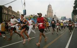 <p>Alcuni partecipanti alla maratona di Mumbai. REUTERS/Punit Paranjpe</p>