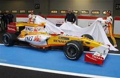 <p>Il pilota spagnolo Fernando Alonso, e il brasiliano Nelson Piquet, insieme al manager della squadra Flavio Briatore, presentano la nuova Renault R29. REUTERS/Jose Manuel Ribeiro (PORTUGAL)</p>
