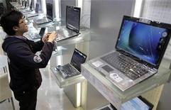 <p>Un hombre prueba un computador portátil en una tienda en Taipei, 12 ene 2009. Las ventas de computadoras personales (PC) en Asia cayeron un 5 por ciento en el cuarto trimestre respecto a hace un año, la primera baja de este tipo en la región en una década en medio del debilitamiento de la demanda por la crisis mundial, según datos conocidos el lunes. REUTERS/Pichi Chuang</p>