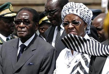 Zimbabwe President Robert Mugabe and his wife Grace arrive for the burial of National Hero, Gordon Tapson Sibanda at National Heroes Acre in the capital Harare, Zimbabwe December 23 2008. REUTERS/Philimon Bulawayo