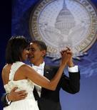 <p>Il presidente Usa Barack Obama e la moglie Michelle al ballo inaugurale a Washington ieri sera. REUTERS/Jim Young</p>