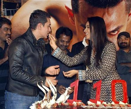 Bollywood actress Asin feeds a piece of cake to actor Aamir Khan at a party for their movie Ghajini in Mumbai December 30, 2008. REUTERS/Manav Manglani