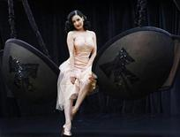 <p>Burlesque dancer Dita Von Teese poses during a photocall in London September 23, 2008. REUTERS/Stephen Hird</p>