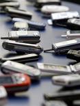 <p>Le marché mondial des téléphones portables reculera de 9% en 2009, sa première baisse depuis 2001, et connaîtra un premier semestre particulièrement difficile, selon le cabinet d'études Strategy Analytics. /Photo d'archives/REUTERS/Albert Gea</p>