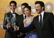 """<p>Los actores Dev Patel, Irrfan Khan, Freida Pinto y Anil Kapoor sostienen sus trofeos por """"Slumdog Millionaire"""" en los premios SAG en Los Angeles, 25 ene 2009. """"Slumdog Millionaire"""" emergió como favorita para ganar el Oscar a mejor película al quedarse el domingo con el mayor de los premios entregados por el Sindicato de Actores de Cine y Televisión de Estados Unidos, en la 15ta. edición de estos galardones. REUTERS/Danny Moloshok</p>"""