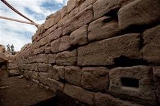 <p>Trabajadores destierran las escaleras cerca el templo de Karnak en Luxor, 26 ene 2009. Un equipo de arqueólogos descubrió un embarcadero construido por los egipcios en la Antigüedad para acceder durante la estación seca al complejo de templos de Karnak, en la ciudad sureña de Luxor, anunció el lunes el Gobierno del país. REUTERS/(EGIPTO)</p>