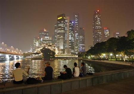 Men look at the haze-shrouded skyline in Singapore October 16, 2006. REUTERS/Nicky Loh