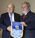 <p>O presidente da Fifa, Sepp Blatter, ao lado do presidente Lula REUTERS/Jamil Bittar (BRAZIL)</p>