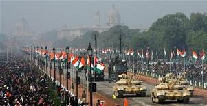 <p>Танки T-90 индийской армии участвуют в параде, посвященному Дню Республики, в Дели, 26 января 2009 года Индия намерена потратить около $1 миллиарда на развитие оборонной промышленности и модернизацию вооруженных сил на фоне роста напряженности в отношениях с Пакистаном, сообщил в четверг пресс-секретарь государственной Организации по исследованию и разработке вооружений Суранджан Пал. REUTERS/B Mathur (INDIA)</p>