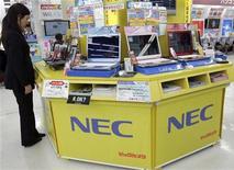 <p>La giapponese Nec ha annunciato oggi la sua intenzione di tagliare 20.000 posti di lavoro a livello globale. REUTERS/Yuriko Nakao (JAPAN)</p>