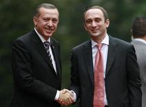 <p>Премьер-министр Турции Эрдоган и его грузинский коллега Мгалоблишвили позируют перед фотокамерами перед совещанием в Анкаре, 23 декабря 2008 года Премьер-министр Грузии Григол Мгалоблишвили подает в отставку по состоянию здоровья, сказал Рейтер источник в правительстве. REUTERS/Umit Bektas (TURKEY)</p>