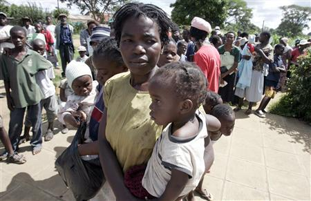 Women and their children line up to receive cholera kits at Budiriro Polyclinic in Harare, January 29, 2009. Cholera has killed more than 3,000 Zimbabweans and infected at least 57,000, the World Health Organisation said, making it the deadliest outbreak in Africa in 15 years. REUTERS/Philimon Bulawayo