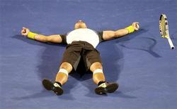 <p>Rafael Nadal venceu Roger Federer por 7-5, 3-6, 7-6, 3-6 e 6-2 neste domingo e tornou-se o primeiro espanhol a conquistar o Aberto da Austrália. REUTERS/Daniel Munoz (AUSTRALIA)</p>