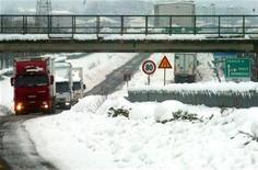 <p>Immagine d'archivio di un'autostarda italiana coperat di neve. REUTERS/Stringer MR/DL</p>
