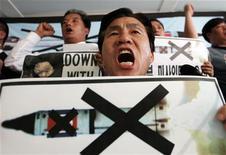 <p>Люди протестуют против запуска ракеты Сеерной Кореей в Сеуле 10 июля 2006 года. Северная Корея не намерена ликвидировать свои ядерные вооружения в одностороннем порядке и требует, чтобы международные наблюдатели проверили Южную Корею с целью убедиться, что на ее территории не находится американское ядерное оружие, сказал в понедельник представитель северокорейской армии. REUTERS/Kim Kyung-Hoon</p>