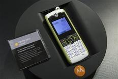 <p>Le MOTO W233 de Motorola présenté au CES de Las Vegas. Le fabricant américain de combinés prévoit une perte plus importante que prévu au premier trimestre et suspend son dividende trimestriel. Motorola a été rétrogradé de la quatrième à la cinquième place dans les classements mondiaux au dernier trimestre. /Photo prise le 9 janvier 2009/REUTERS/Steve Marcus</p>