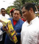 <p>El presidente venezolano, Hugo Chávez, sostiene un juguete realizado a su imagen mientras su homólogo ecuatoriano, Rafael Correa (derecha en la imagen) lo observa, Cumana, Venezuela, 3 feb 2009. REUTERS/Jorge Silva (VENEZUELA)</p>
