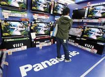 <p>Tv a schermo piatto di Panasonic in un negozio di elettronica a Tokyo. La società giapponese ha annunciato perdite per oltre 4 miliardi di dollari e il taglio di 15mila posti di lavoro. REUTERS/Yuriko Nakao</p>