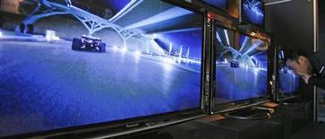 <p>Panasonic prévoit de fermer 27 usines et de supprimer 15.000 postes, sur un total de 300.000. Le numéro un mondial des téléviseurs à écrans plasma, annonce qu'il pourrait afficher une perte annuelle de 380 milliards de yens sur l'exercice 2008-2009. /Photo prise le 4 février 2009/REUTERS/Yuriko Nakao</p>